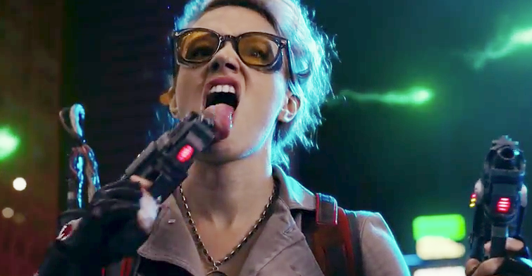 Kate-McKinnon-licking-blaster
